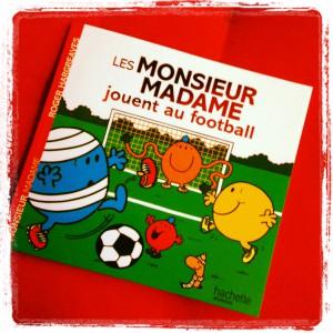 monsieur madame jouent au football.JPG